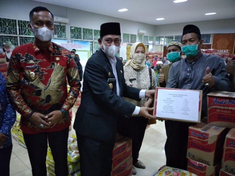 Pemkab Salurkan Bantuan Sembako Untuk Pengurus Masjid Dan Warga Kurang Mampu
